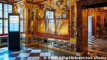 Die ausgeraubte und nun ausgestellte Vitrine im Juwelenzimmer des Historischen Grünen Gewölbes im Residenzschloss. Nach spektakulären Diebstählen und Attacken auf Kunstschätze will der Bund die Sicherheit in den deutschen Museen mit einem Fünf-Millionen-Euro-Sonderprogramm verstärken. Gefördert werden Investitionen zum Einbruch- und Diebstahlschutz. (zu dpa Bund fördert Sicherheit in Museeen mit fünf Millionen Euro) +++ dpa-Bildfunk +++