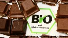 Bio-Schokolade der Firma Ritter Sport liegt am Sonntag (27.01.2008) in Köln auf der Internationalen Süßwaren-Messe (ISM) neben dem Bio-Logo. Fast 1700 Aussteller aus 70 Ländern präsentieren auf der ISM Trends und Entwicklungen bei Süßigkeiten und Knabberartikeln. Insgesamt 36000 Besucher werden nach Angaben der Veranstalter zu der Fachmesse erwartet. Foto: Fredrik von Erichsen dpa/lnw (zu dpa-Korr.: Ob Schokolade oder Popcorn: Süßwaren-Hersteller drängen in Bio-Markt vom 28.01.2008) +++(c) dpa - Report+++
