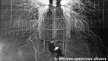 portrait de Nikola Tesla (1857-1943) dans son laboratoiore. Ingénieur électricien et physicien croate (empire d'Autriche-. Hongrie) naturalisé américain. ©MP/Leemage