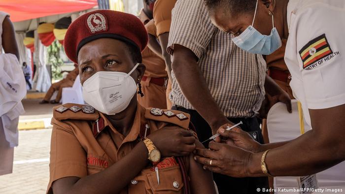 عملية التطعيم ضد كورونا في أوغندا