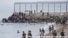 پناهجویان شناکنان وارد سئوتا می شوند