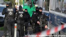 30.04.2020, Berlin - Einsatzkräfte stehen nahe der Al-Irschad-Moschee in Berlin. Bundesinnenminister Seehofer (CSU) hat ein Betätigungsverbot für die Hisbollah ausgesprochen. Die schiitische Islamisten-Vereinigung muss ihre Aktivitäten in Deutschland nun einstellen. Polizisten durchsuchten am frühen Morgen vier Moscheen und Vereine.