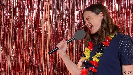 Rachel Stewart mit Kette in Deutschlandfarben singt ins Mikro