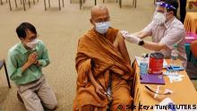 """*** Dieses Bild ist fertig zugeschnitten als Social Media Snack (für Facebook, Twitter, Instagram) im Tableau zu finden: Fach """"Images"""" —> Weltspiegel/Bilder des Tages *** 19.05.21 *** A Buddhist monk receives coronavirus disease (COVID-19) vaccination at a hospital in Bangkok, Thailand May 19, 2021. REUTERS/Soe Zeya Tun"""
