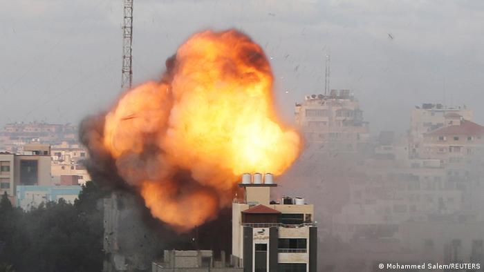 İsrail'in Hamas'a yönelik hava saldırılarında 18 Mayıs günü hedef alınan Gazze'deki bir binada yangın çıktı