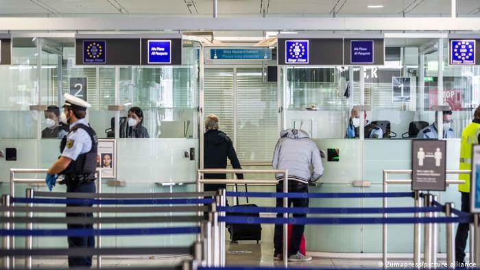 Münih Havalimanı'nda pasaport kontrolü