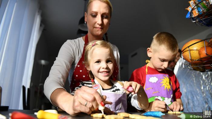 Copii într-o familie care are grijă de ei