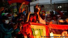 Demonstranten versammeln sich in der Nähe des Romelio Martinez Stadions, wo ein Fußballspiel zwischen Kolumbiens América de Cali und Brasiliens Atlético Mineiro ausgetragen wird. Demonstranten fordern während ihrer anhaltenden Proteste gegen die Regierung von Präsident Ivan Duque, die Absage von Fußballspielen in Kolumbien. +++ dpa-Bildfunk +++