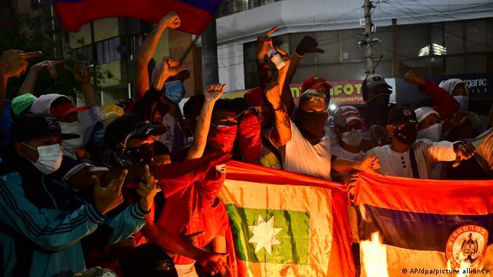 Manifestantes frente al estadio del club colombiano América de Cali.