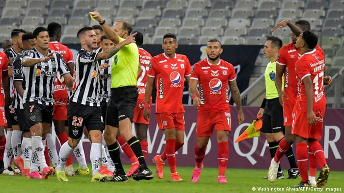 Ambiente caldeado en el partido entre el América de Cali y el Atlético Mineiro.
