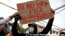 Demonstrant mit 'No peace, no football' -Schild