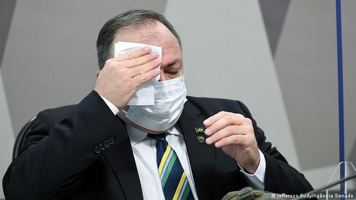 O ex-ministro da Saúde Eduardo Pazuello, de máscara, enxuga a testa com um lenço durante depoimento à CPI da Pandemia no Senado, em 19 de maio