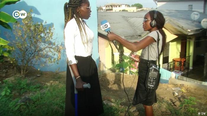 Esther, jeune reporter camerounaise de 19 ans, avec Christelle Simo