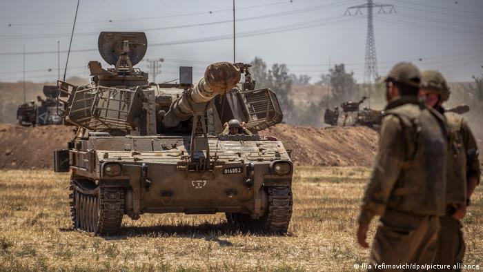 Israelische Soldaten bedienen eine Artilleriebatterie bei Sderot an der Grenze zum Gazastreifen