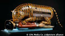 Indien l Tipu Sultan l mechanischer Tiger zerfleischt einen britischen Soldaten, Mysore