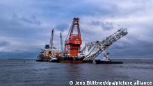 Jan 2021****Schlepper ziehen das russische Rohr-Verlegeschiff «Fortuna» aus dem Hafen auf die Ostsee. Das Spezialschiff wird für Bauarbeiten an der deutsch-russischen Ostsee-Gaspipeline Nord Stream 2 eingesetzt. Medien berichteten unter Berufung auf Behörden in Dänemark, dass Mitte Januar 2021 die Verlegearbeiten in dänischen Gewässern beginnen sollten. Das russische Verlegeschiff «Fortuna» soll dabei zum Einsatz kommen. +++ dpa-Bildfunk +++