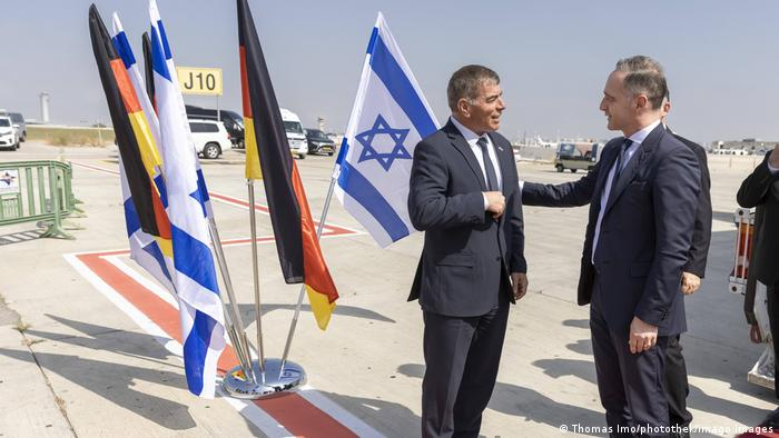 El ministro de Relacione Exteriores de Israel, Gabi Ashkenazi (izqda.) recibe a su homólogo alemán, Heiko Maas, en Tel Aviv.