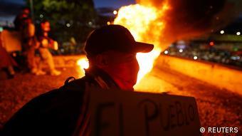 Протестующие жгут огонь на ночной улице Боготы