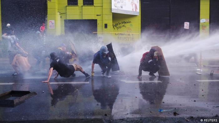 Полицейские водометы против демонстрантов в колумбийском городе Медельин