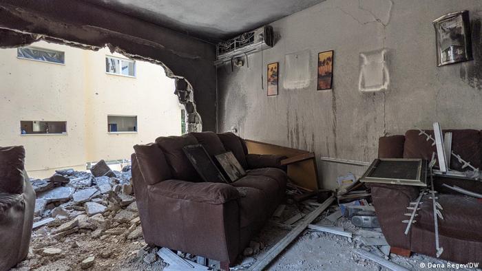 Ein Haus in der israelischen Stadt Petah Tikvah nach palästinensischem Raketenbeschuss