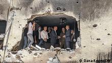 Germany's Foreign Minister Heiko Maas + Israel Foreign Minister Gabi Ashkenazi inspect a rocket-hit house in Petah Tikvah, Israel. (c) Dana Regev/DW