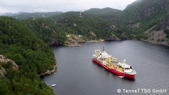 Норвежское судно-кабелеукладчик Nexans Skagerrak во время работы во фьорде