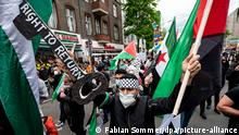 Ein Teilnehmer der Demonstration verschiedener palästinensischer Gruppen läuft und einem großen Schlüssel mit der Aufschrift Right to Return durch Neukölln. Zum jährlichen Gedenktag Nakba am 15. Mai erinnern Palästinenser an die Flucht und Vertreibung von Hunderttausenden Palästinensern aus dem Gebiet des späteren Israels.