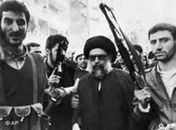 سید محمد حسین فضلالله در کنار محافظانش در۹ مارس ۱۹۸۵