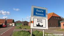 Belgien/Niederlande Belgisch-niederländisches Ortschild am Ortseingang von Baarle