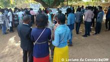 Titel: Protest gegen das multinationale Unternehmen Sasol in Inhambane, Mosambik Bildbeschreibung: Dutzende Menschen versammelten sich aus Protest gegen das multinationale Unternehmen Sasol. Mosambikaner fordern Arbeit und bessere Lebensbedingungen. Fotograf: Unser Korrespondent Luciano da Conceição, 20.05.2021, Inhambane, Mosambik Schlagworte: Sasol, Inhambane, Protest, Mosambik, Beschäftigung, Arbeit