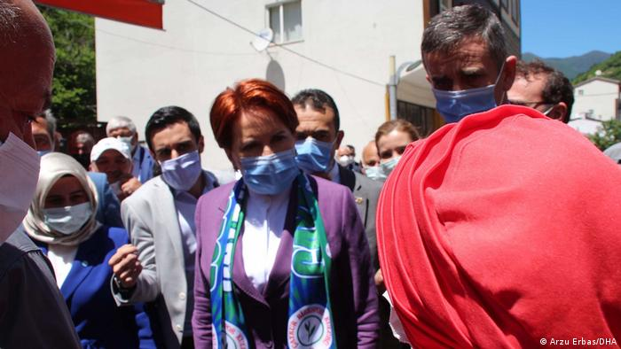 Akşener kendisini protesto eden bir kadınla tartıştı.