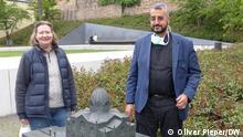 Bunk und El-Zayat am Garten des Gedenkens mit der Synagoge, die dort 1938 von den Nationalsozialisten zerstört wurde Foto: Oliver Pieper/DW