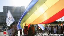Das rumänische Parlament (im Hintergrund) verschiebt die Anwendung europäischer Entscheidungen, die die Rechte schwuler Paare verankern. Daher wurde der rumänische Staat vor dem Europäischen Gerichtshof für Menschenrechte verklagt. Die Europäische Kommission leitete das Vertragsverletzungsverfahren ein Foto: Cristian Stefanescu/DW