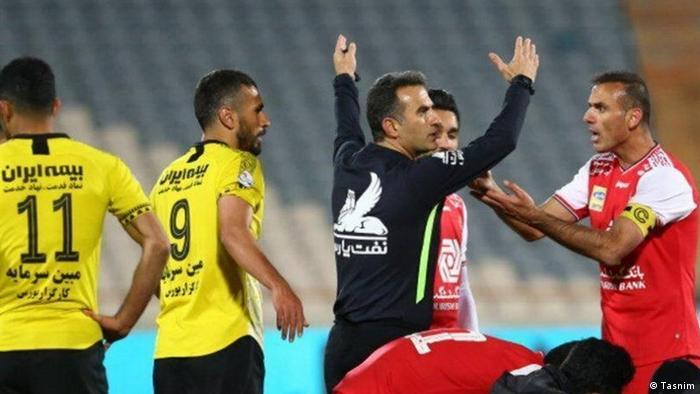 جلال حسینی (راست) در بازی مقابل سپاهان اصفهان
