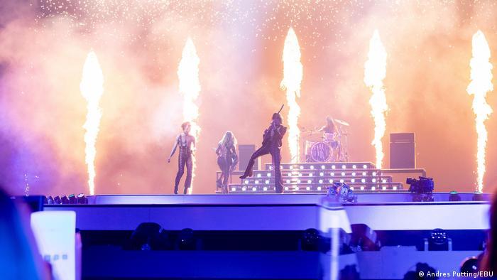Feuerfontänen hinter dem Auftritt der italienischen Rockband Mansekin.