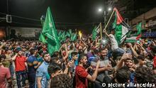 Palästinenser gehen auf die Straße, um eine Waffenruhe zwischen der israelischen Regierung und der palästinensischen islamistischen Bewegung Hamas zu feiern, die von Ägypten vermittelt wurde. Israel und die Hamas haben sich nach tagelangen Kämpfen, bei denen rund 230 Palästinenser bei israelischen Luftangriffen und 12 Menschen in Israel durch Raketenbeschuss aus dem Gazastreifen getötet wurden, auf die Waffenruhe geeinigt. +++ dpa-Bildfunk +++