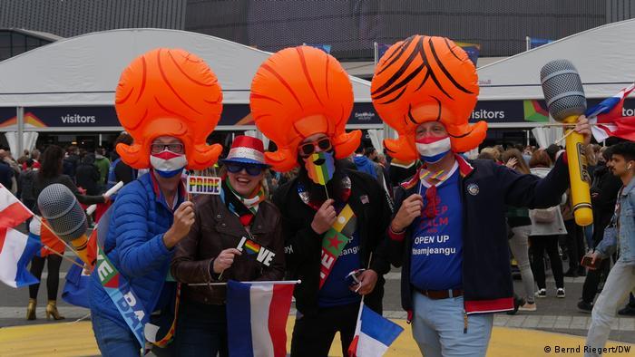 Niederländische Fans vor der Ahoy Arena in Rotterdam mit aufblasbaren Perücken auf dem Kopf.