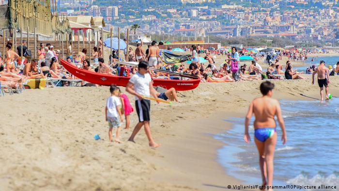 Europa Corona-Pandemie Lockerungen | Italien Urlauber auf Sizillien