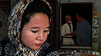 China Frau mit Kopftuch in Xinjiang Teppischhändler in Hotan