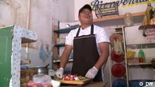 Titel: GLOD GS Mexiko Beschreibung:Global Snack Mexiko.Rubén Gutiérrez bereitet Garnachas zu, traditionelle Teigtaschen mit Füllung. Rechte: sind gegeben. Copyright: DW