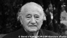 Roman Kent, New York Präsident Internationales Auschwitz Komitee (IAK) in Berlin Roman Kent wurde 1929 in Lodz, Polen, geboren. Nach dem Überfall Deutschlands auf Polen Deportation in das Lodzer Ghetto und später in die Konzentrationslager Auschwitz, Mertzbachtal, Dornau und Flossenbürg. 1946 wurde er aufgrund eines Beschlusses der Regierung der USA (Displaced Person Act) im Rahmen einer Kinder-Quote in den USA aufgenommen. Roman Kent lebt mit seiner Familie als Unternehmer in New York. Er ist Vorsitzender der American Gathering of Jewish Holocaust Survivors und Schatzmeister der Jewish Claims Conference. Seit 2011 Präsident des Internationalen Auschwitz Komitees. Auschwitz, 27.9.2013 Foto: Bernd Oertwig/ SCHROEWIG