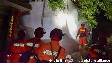 China Erdbeben - Rettungskräfte arbeiten im Epizentrum des autonomen Landkreises Yangbi Yi in der südwestchinesischen Provinz Yunnan