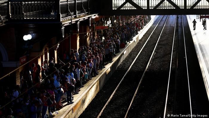 Krcata železnička stanica Luž u Sao Paulu, brazilskoj metropoli koja sa predgrađima broji dvadesetak miliona stanovnika. Lokdaun je popušten, ali vakcinacija nije uzela maha - tek 18 odsto ljudi primilo je prvu dozu vakcine. Stručnjaci strahuju da Brazil čeka još jedan smrtonosni talas korone. Do sada je od posledica virusa umrlo oko 450.000 ljudi, što Brazil stavlja na tužno drugo mesto, iza SAD.