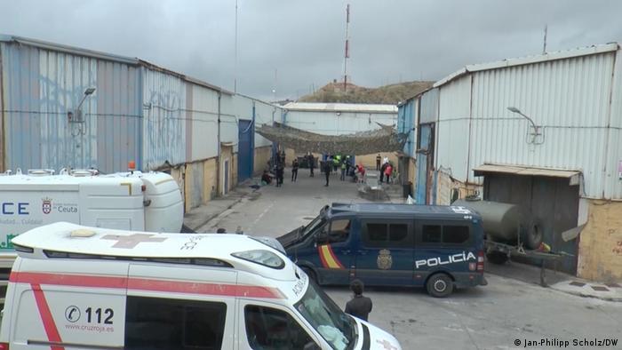 Coches de policía y ambulancia en el exterior de los almacenes de menores de Ceuta