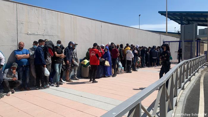 Un grupo de personas en el lado español de la frontera esperando regresar a Marruecos, algunos por la fuerza, otros por elección