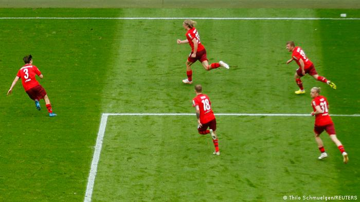 Sebastiaan Bornauw mène les célébrations après son défunt vainqueur pour Cologne contre Schalke