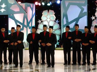 ده شرکتکنندهی جوان مسابقه بایستی آیینهای اسلامی را در برابر دوربینهای تلویزیونی اجرا کنند