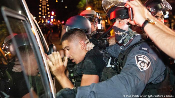 Polisi menahan demonstran