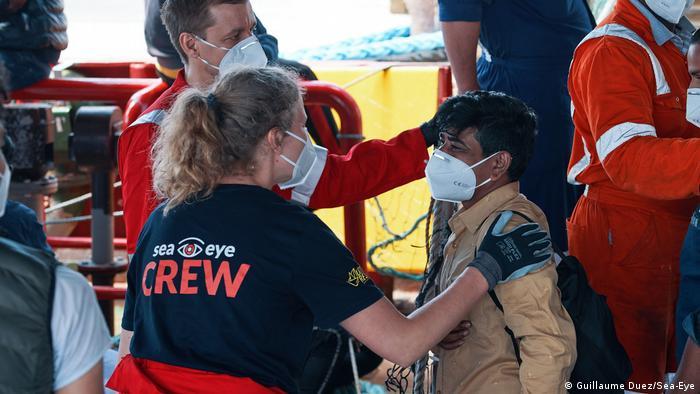 En mayo, el Sea-Eye 4 desembarcó a más de 400migrantes en Sicilia