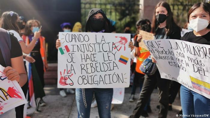 Las mujeres feministas se unen a las manifestaciones latinoamericanas para exigir un mejor gobierno.